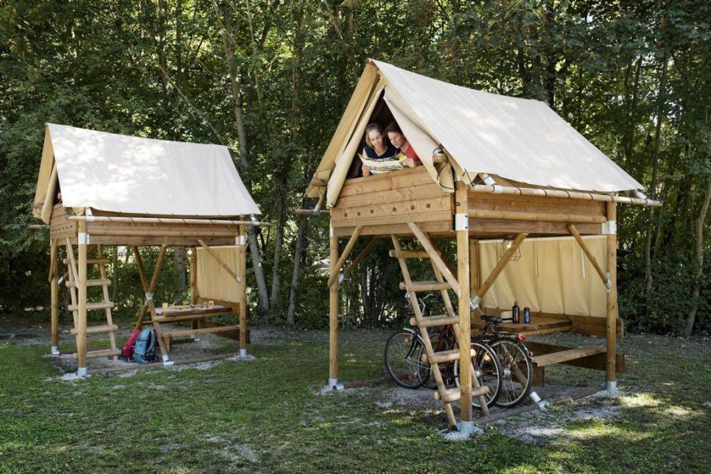 AZUR Camping Kipfenberg_Camper im Bike Lodge mit Fahrrad