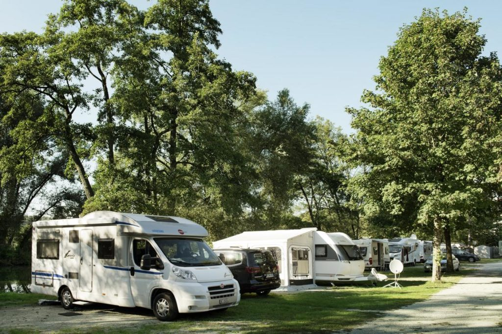 Campingplatz Kratzmühle_Wohnmobile unter Bäumen_2