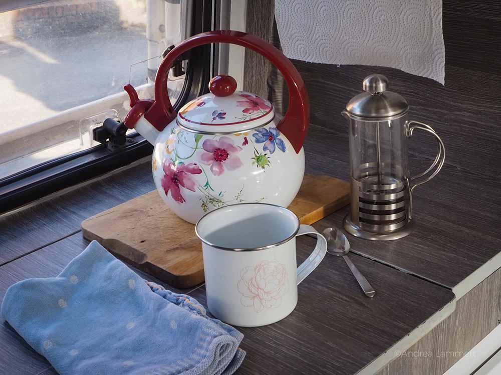 Küche im Wohnmobil mit Kaffeekanne und Kessel