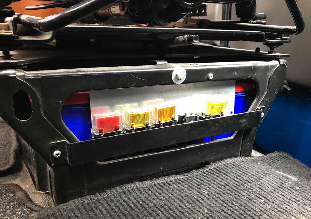 Die Batterie für den Bordstrom befindet sich oft unter dem Sitz