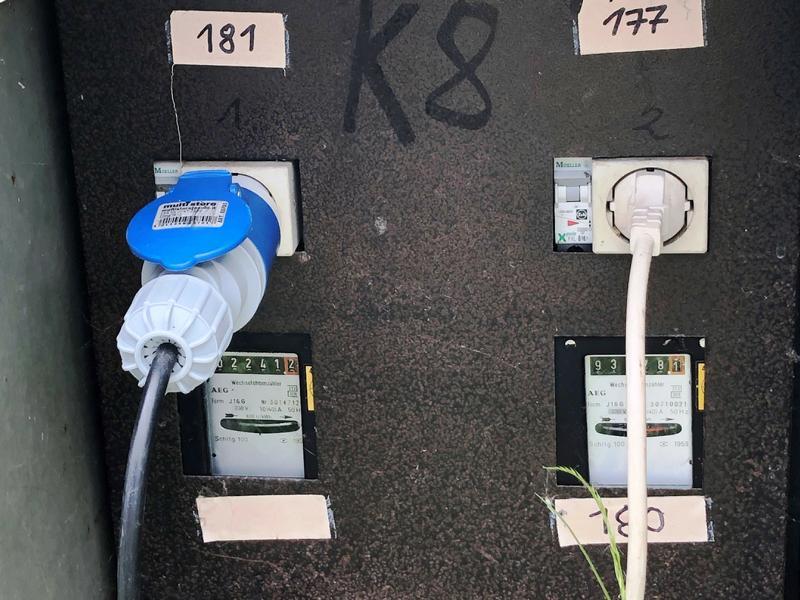 Stromanschluss-Kasten am Campingplatz. Nur sehr selten wird man heute noch eine Normale Steckdose wie die rechts finden.