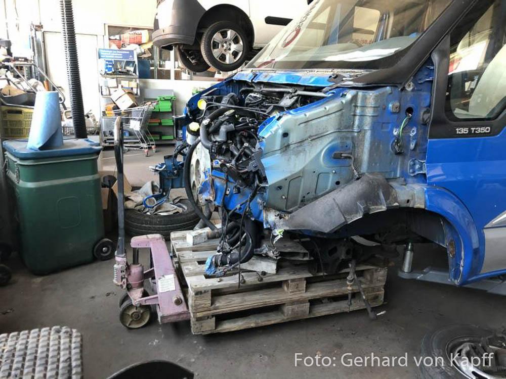 In der Werkstatt: Jetzt muss der Motor raus