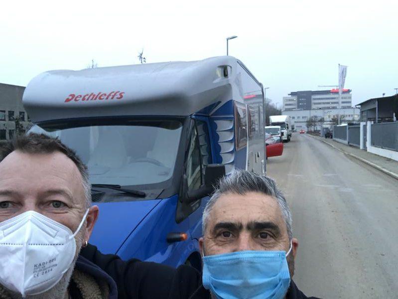 Stolz nach der schwierigen Instandsetzung: Werkstatt-Besitzer Giuseppe Bellanti (rechts) mit Autor Gerhard von Kapff.