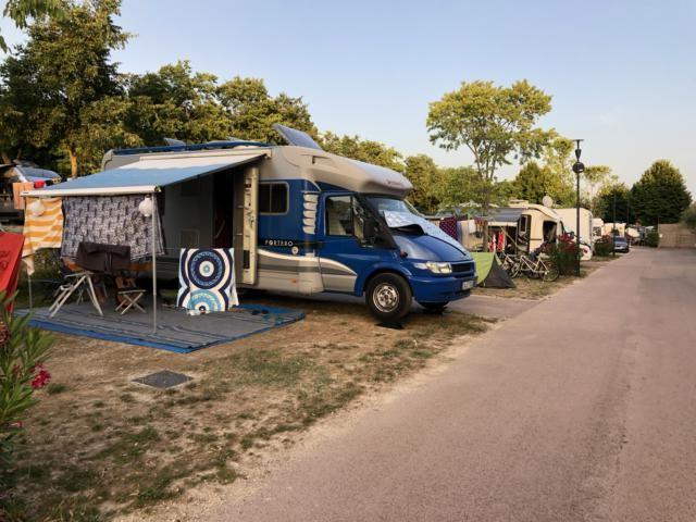 Camping La Rocca, Stellplatz in zweiter Reihe vom Gardasee