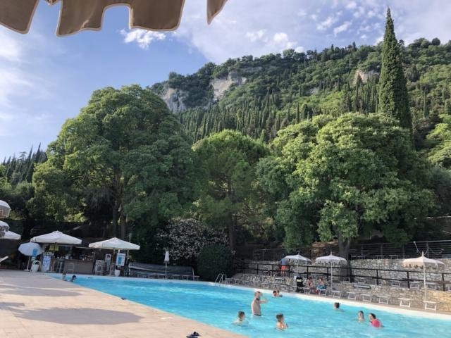 Oben bei den Mobilhomes ist ein traumhafter Pool des Campings La Rocca. Foto: Gerhard von Kapff