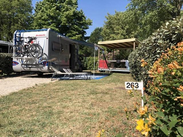Camping Fornella, Stellplatz mit Terrasse und Grill