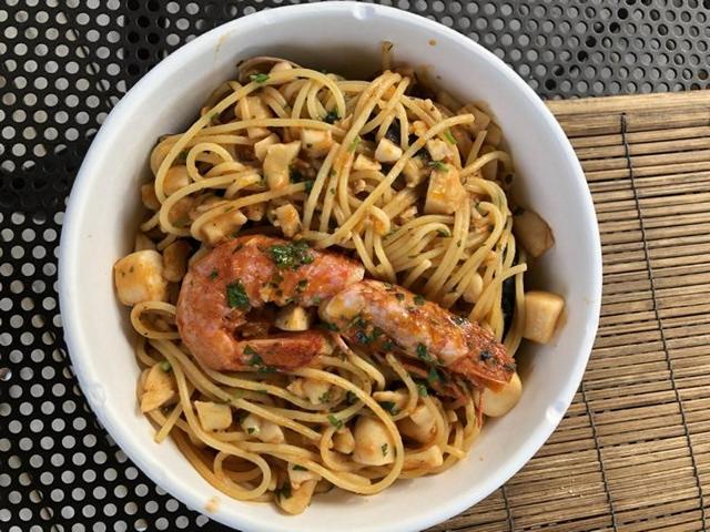 Meeresfrüchte-Spaghetti - notfalls, wie hier - to go. Weil Fußball lief.