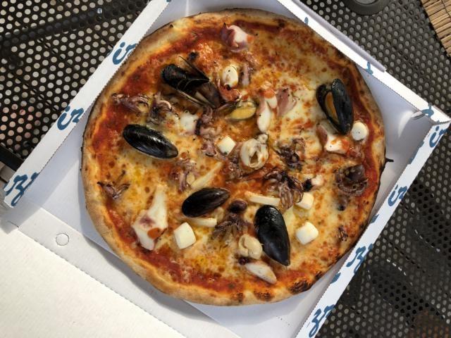 Ausgezeichnete Pizza aus dem Ristorante: Diesmal wg. Fußball to go. Foto: Gerhard von Kapff