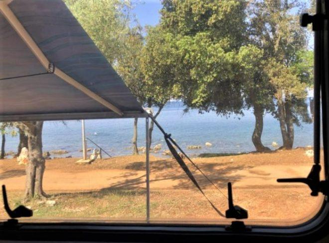 Blick aus dem Wohnmobil-Fenster, Kroatien Koversada Camping